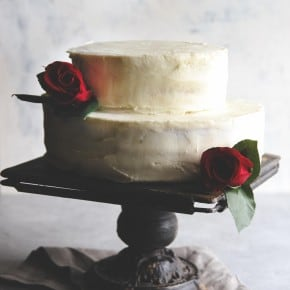 DIY wedding cake - best wedding cake - white layer cake with buttercream and fresh strawberries. This layer cake is easily decorated with fresh flowers to make it a beautiful rustic wedding cake from @sweepthi