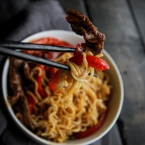 5 ingredient beef ramen and peppers for a super easy dinner idea from @sweetphi