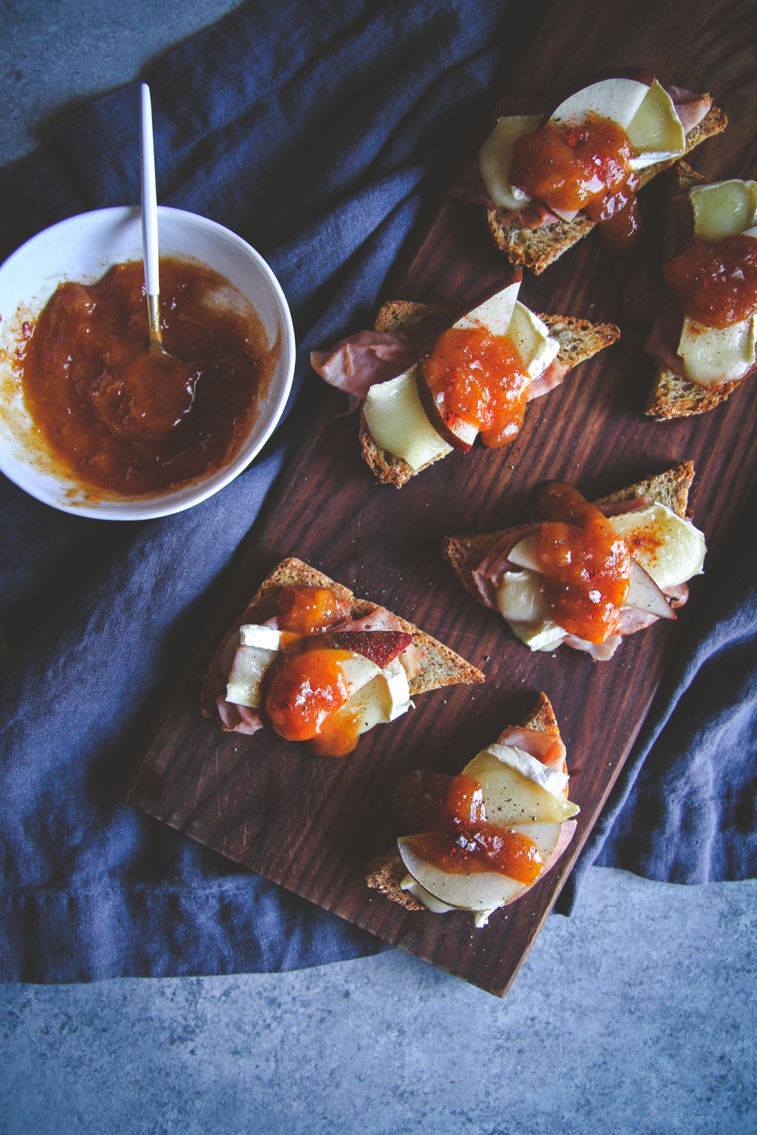 The best appetizer recipe for ham and brie crostini toasts