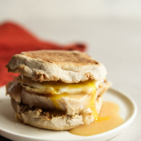 Thanksgiving leftover turkey breakfast sandwich, thanksgiving leftovers recipe, turkey breakfast sandwich, thanksgiving turkey and gravy breakfast sandwich