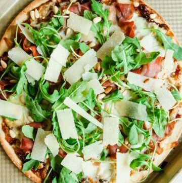 Prosciutto fig arugula flatbread pizza recipe, easy dinner recipe