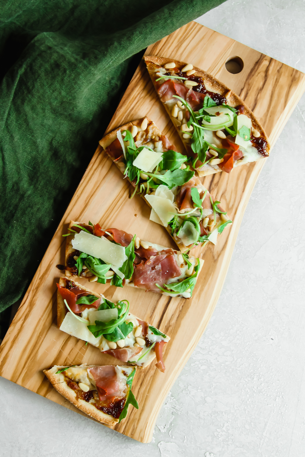 Prosciutto fig arugula flatbread pizza recipe, easy dinner recipe